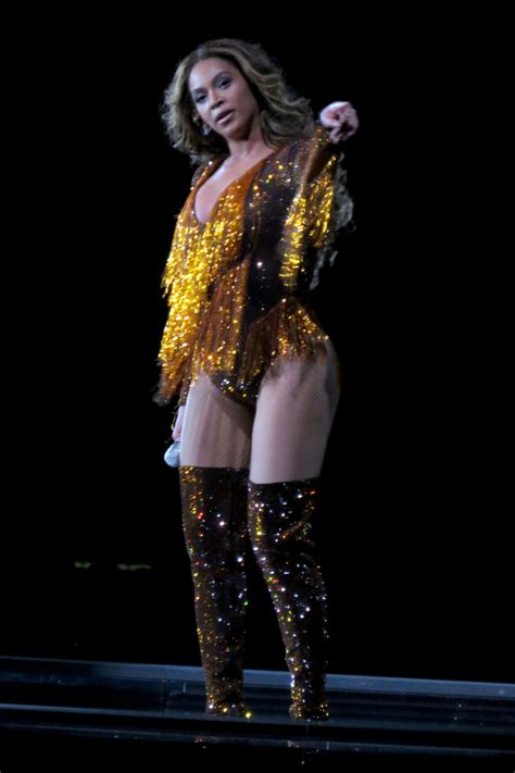 BEYONCE Performs at On the Run II Tour in Vancouver 10/02